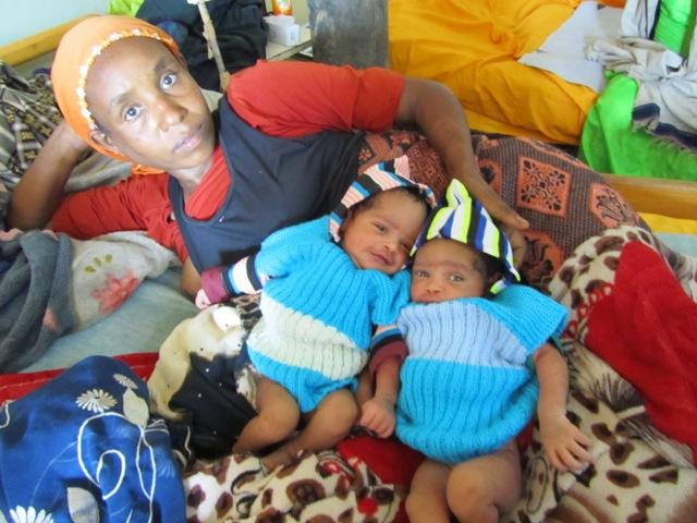 Nutut lämmittävät näitä vastasyntyneitä kaksosia Afrikan kylminä öinä. Kuva: Pirkko Tuppurainen